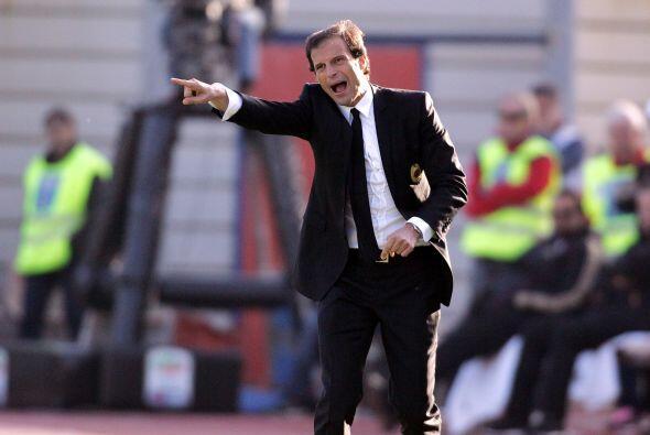 El técnico 'rossonero' Massimiliano Allegri lucía desesperado ante la fa...
