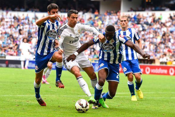 Los jugadores de la Coruña apretaban en todo momento a los atacantes mad...