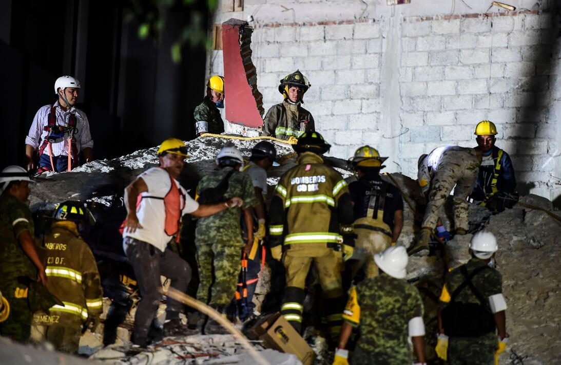 Las labores de rescate continuaron durante la noche.