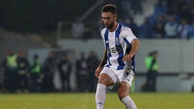 El futbolista mexicano podría coincidir con Andrés Guardad...