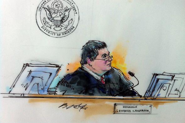 El juez Lawrence Anderson ordenó que Loughner quedara detenido sin derec...