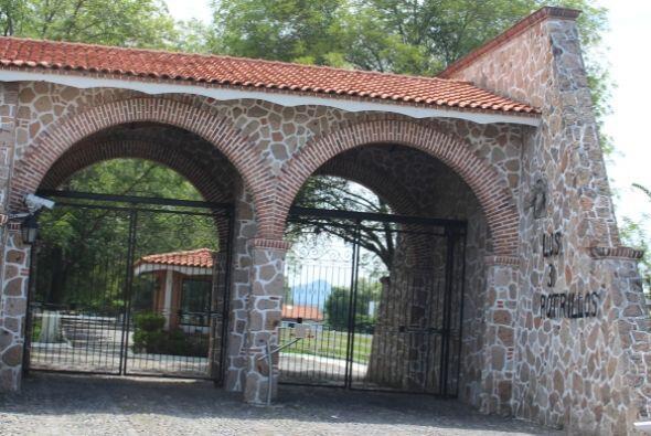 """Esta es la entrada al rancho """"Los Tres Potrillos"""" de Vicente Fernández."""