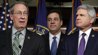 De izquierda a derecha, los congresistas republicanos Bob Goodlatte, Raú...
