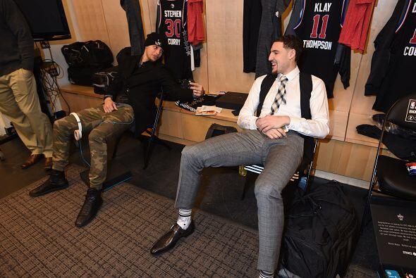 Stephen Curry y Klay Thompson de la Conferencia Oeste All-Stars conversa...