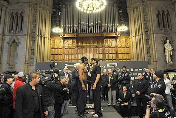 El duelo ante la báscula se efectuó en el 'Town Hall' de Manchester, Ing...