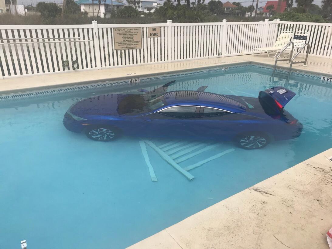 Honda Civic se sumerge en piscina en Florida