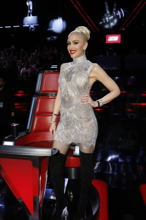Toda sonrisas, la cantante Gwen Stefani sorpendió con un traje de Azar p...