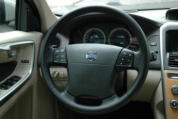 El volante tiene buen agarre y cuenta con todos los comandos necesarios...