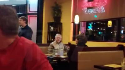 """Interrumpen a gritos la cena del republicano Mitch McConnell: """"¡¿Por qué no dejas a todo el país tranquilo?!"""""""