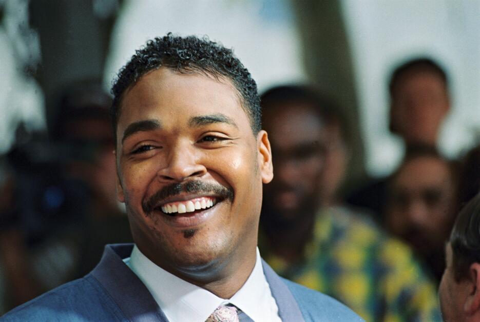 Rodney King, cuya golpiza policiaca desató la violencia en las calles, e...