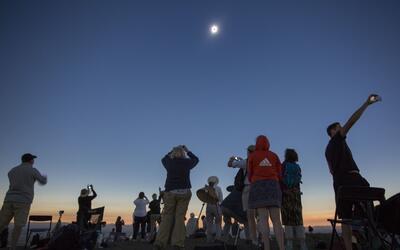 En un minuto: El eclipse solar cruzó de costa a costa de EEUU por más de...