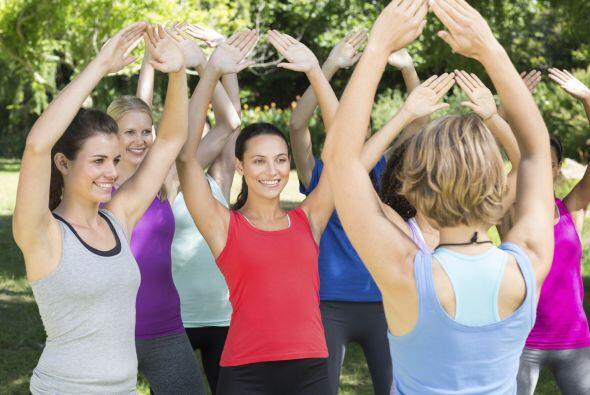 ¿Cómo se practica? Se realizan ejercicios grupales, en los cuales el con...