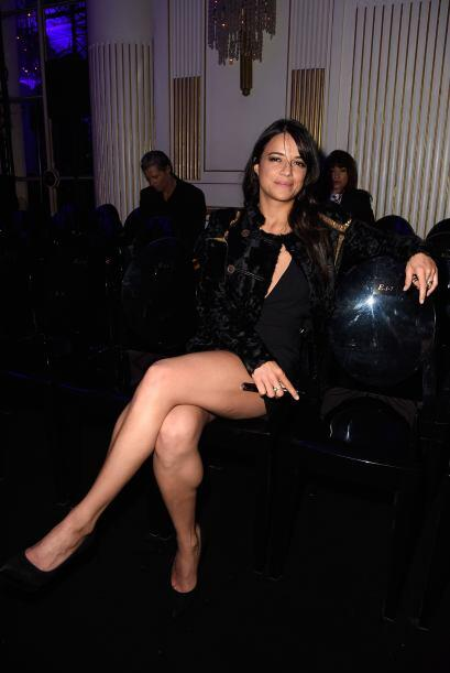 Sentada en primera fila, nos mostró lo bien que cuida esas sensuales pie...