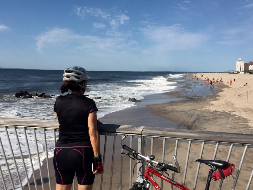 Los visitantes observaron la marejada en Coney Island