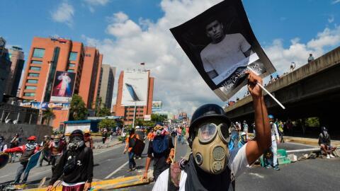 Un manifestante porta una pancarta con la imagen de Juan Pablo Pernalete...