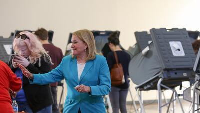La senadora Sylvia Garcia sale de un centro de votación en el Centro Com...