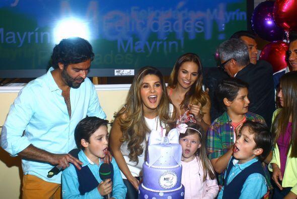 La actriz Mayrín Villanueva cumplió 45 años de edad, y los festejó rodea...