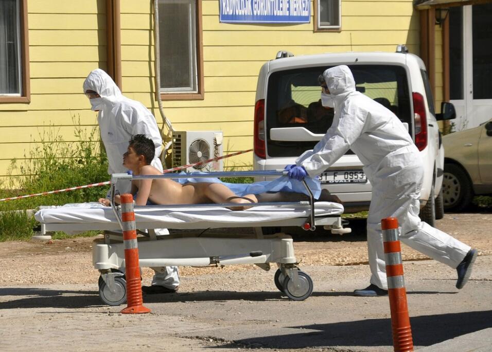 Expertos turcos trasladan a una víctima del supuesto ataque químico en I...