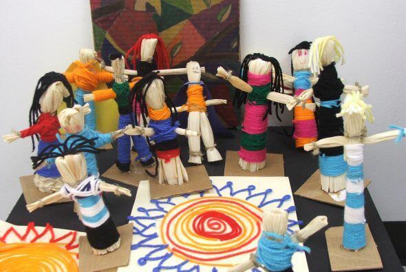 Aquí vemos trabajos artísticos hechos por los estudiantes del centro. Se...