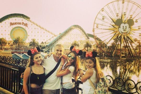 Aquí con sus hermanas y papá en Disney.