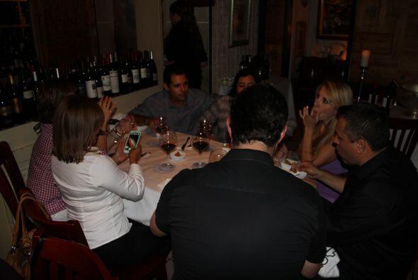 El equipo de 107.5 Amor disfrutó de una noche de copas con varios de nue...