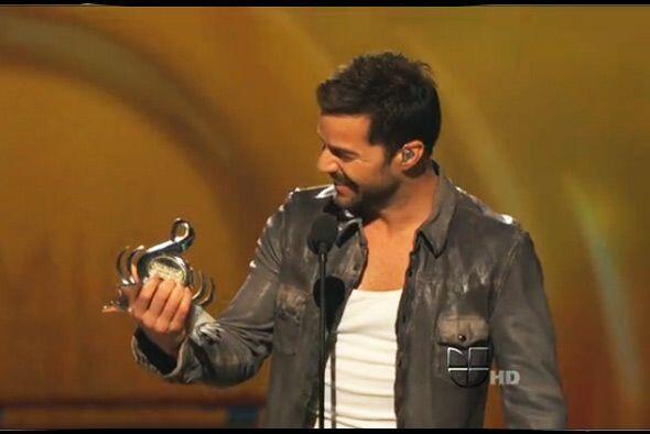 Ricky Martin deslumbró el escenario de Premio Lo Nuestro con su galanura...