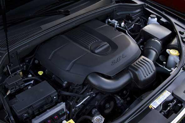 Se ofrece con dos motores, un nuevo V6 que ofrece 290 caballos de fuerza...