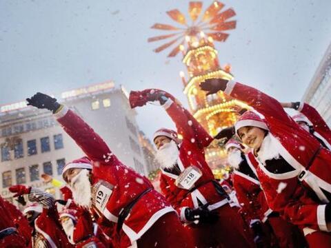 Corredores disfrazados de Papá Noel participan en una carrera en...