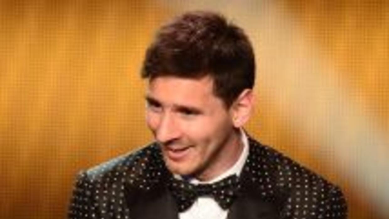 Messi muestra el balón de oro.