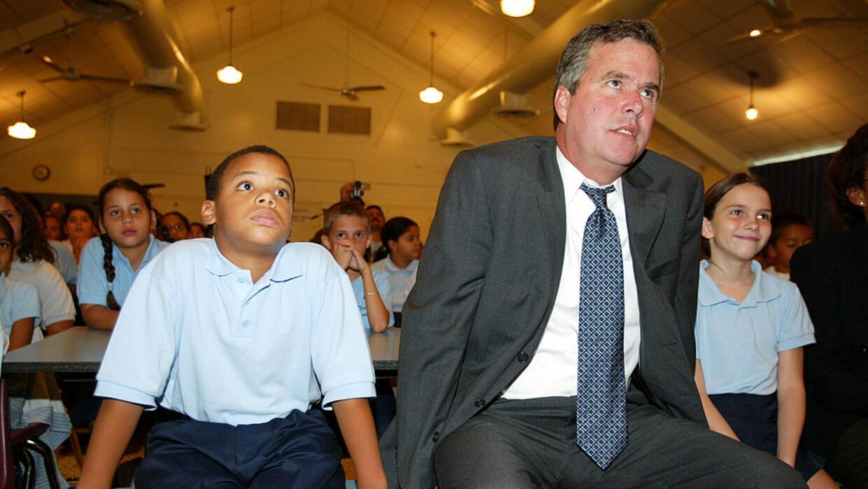 El ex gobernador de Florida Jeb Bush se sienta con un niño de 5to grado,...