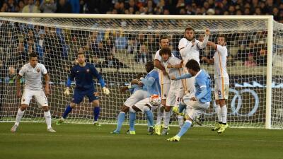 David Silva cobra una falta en el Manchester City vs Roma