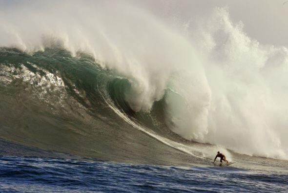 Sean Holmes de Sudáfrica cabalga la ola más grande del día en una sesión...