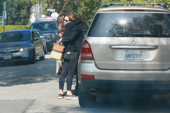La actriz es consolada por su familia y amigos tras la terrible noticia...