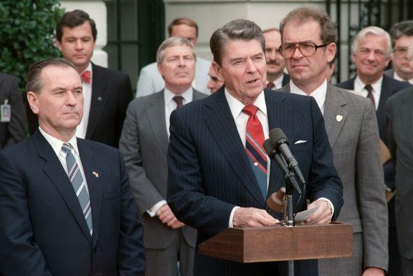 Pero no todas fueron flores durante los años de Reagan. El escándalo de...