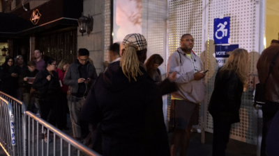 Arrestan a un dúo que desnudó su pecho en centro de votación de Donald Trump en Manhattan