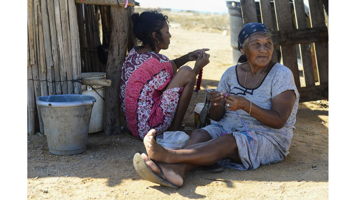 Wayuú women knit bags to sell to tourists in Cabo de la Vela. Tradition...