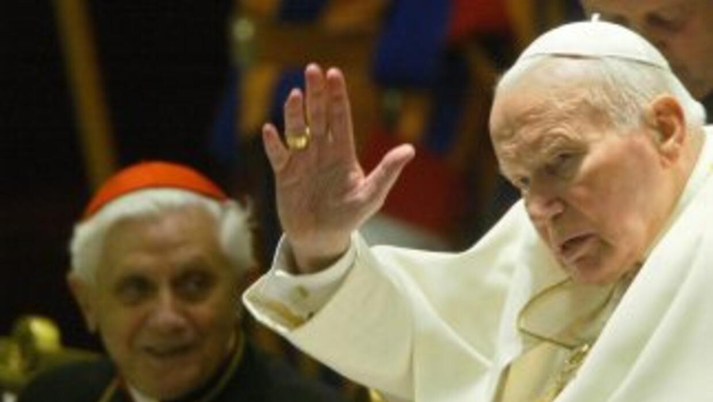 El Papa Juan Pablo II junto al entonces cardenal Joseph Ratzinger, direc...