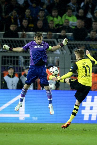 Marco Reus tomó la pelota, se quitó a Casillas y definió entre las piern...