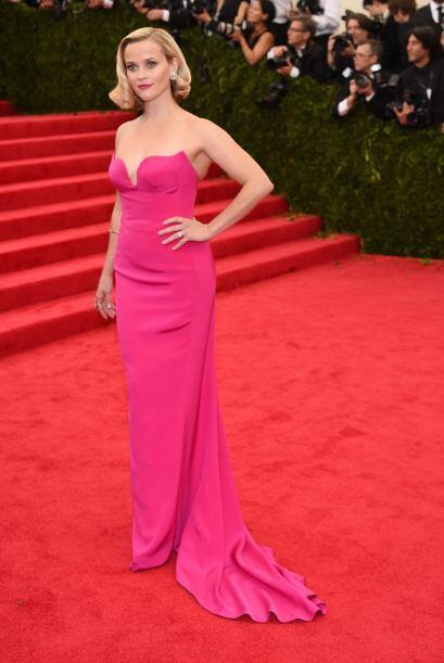 Reese Witherspoon mostró un hermoso y sencillo vestido 'strapless' rosa...