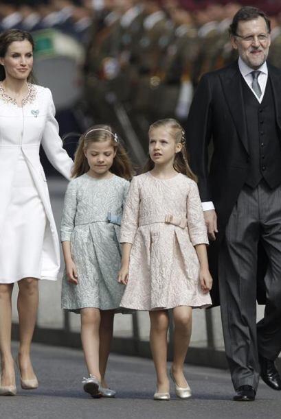 Los reyes y sus hijas bajaron de sus autos y caminaron al Congreso.
