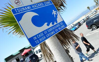 Una señal advierte el peligro de tsunami en la zona costera de Ve...