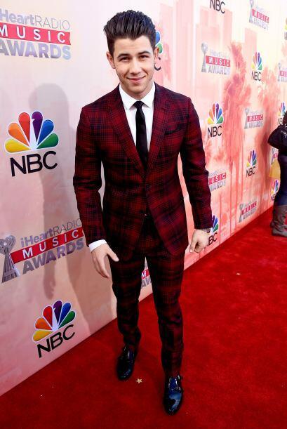 Joe Jonas, ahora es solista y se presentó en los premios con un traje en...