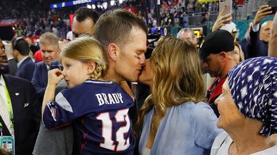 Tom Brady y Gisele Bündchen celebran el Super Bowl LI con un beso en familia