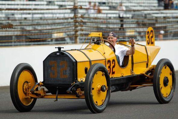 La Indy 500 celebró su 100mo. aniversario el domingo con un desfi...