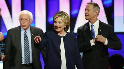 Hillary Clinton (centro) junto a Bernie Sanders (izqda.) y Martin O'Malley.