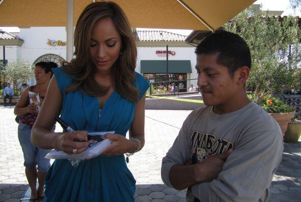 El público amablemente esperó por la presentadora para que les firmara s...