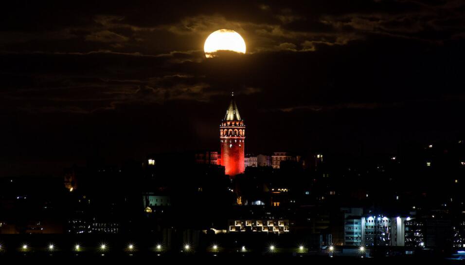 La superluna sobre la torre Galata en Estambul, Turquía
