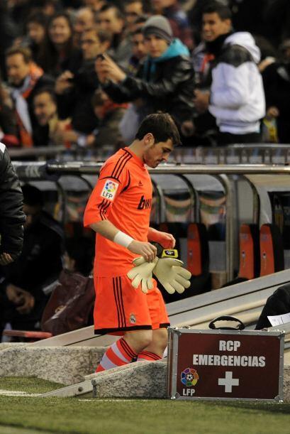 Iker Casillas tuvo que abandonar el partido tras llevarse un golpe en la...
