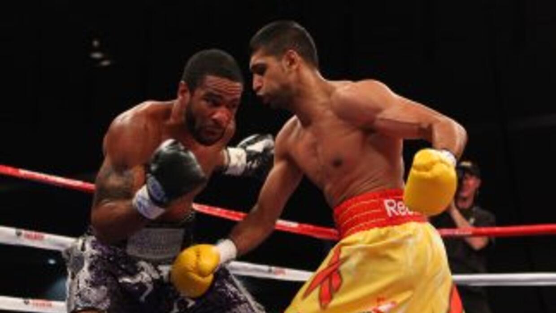 Lamond Peterson y Amir Khan en su pelea, cuyo resultado es muy protesta...