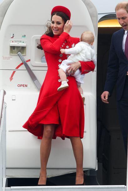Kate lució un bello abrigo rojo de botones. Mira aquí los videos más chi...